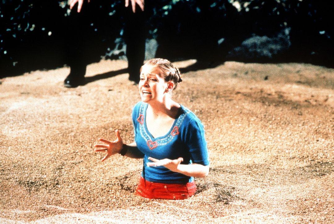 Sabrina (Melissa Joan Hart) versinkt im Treibsand ... - Bildquelle: Paramount Pictures