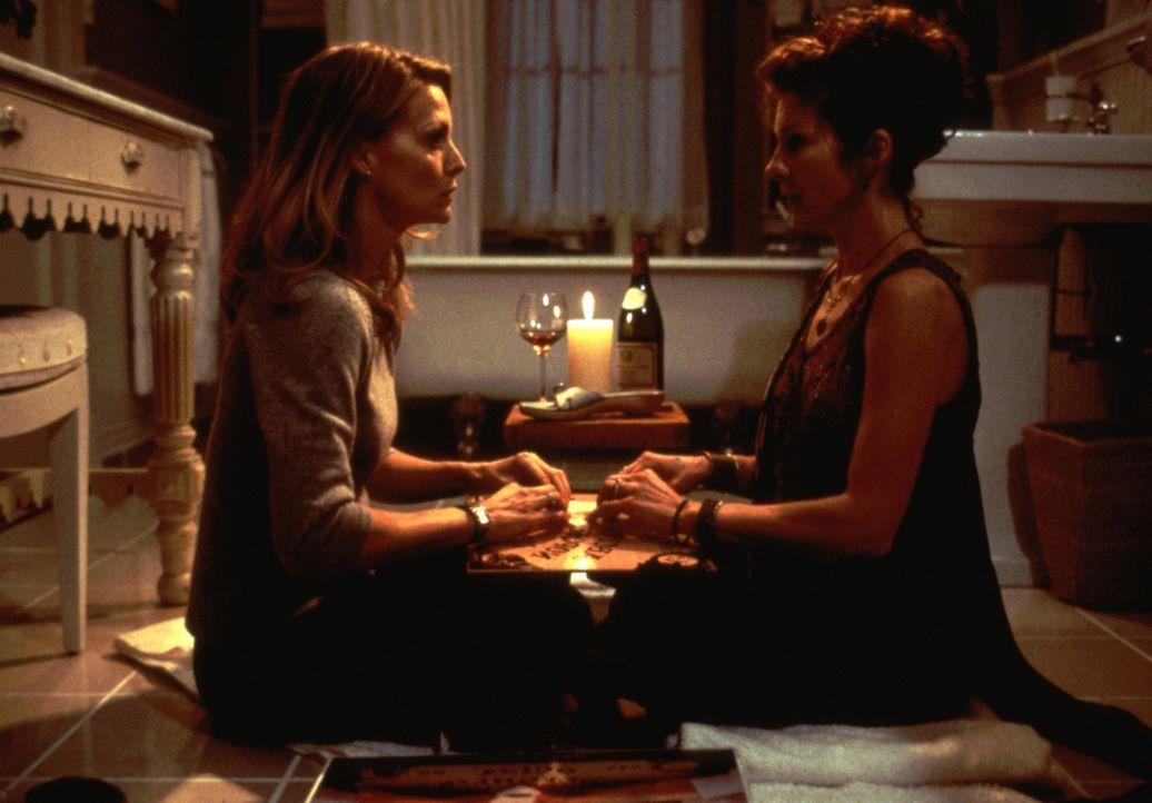 Hoffen, herauszufinden, was die mysteriösen Stimmen und die Erscheinungen von Toten auf sich hat: Claire (Michelle Pfeiffer, l.) und Jody (Diana Sca... - Bildquelle: 20th Century Fox