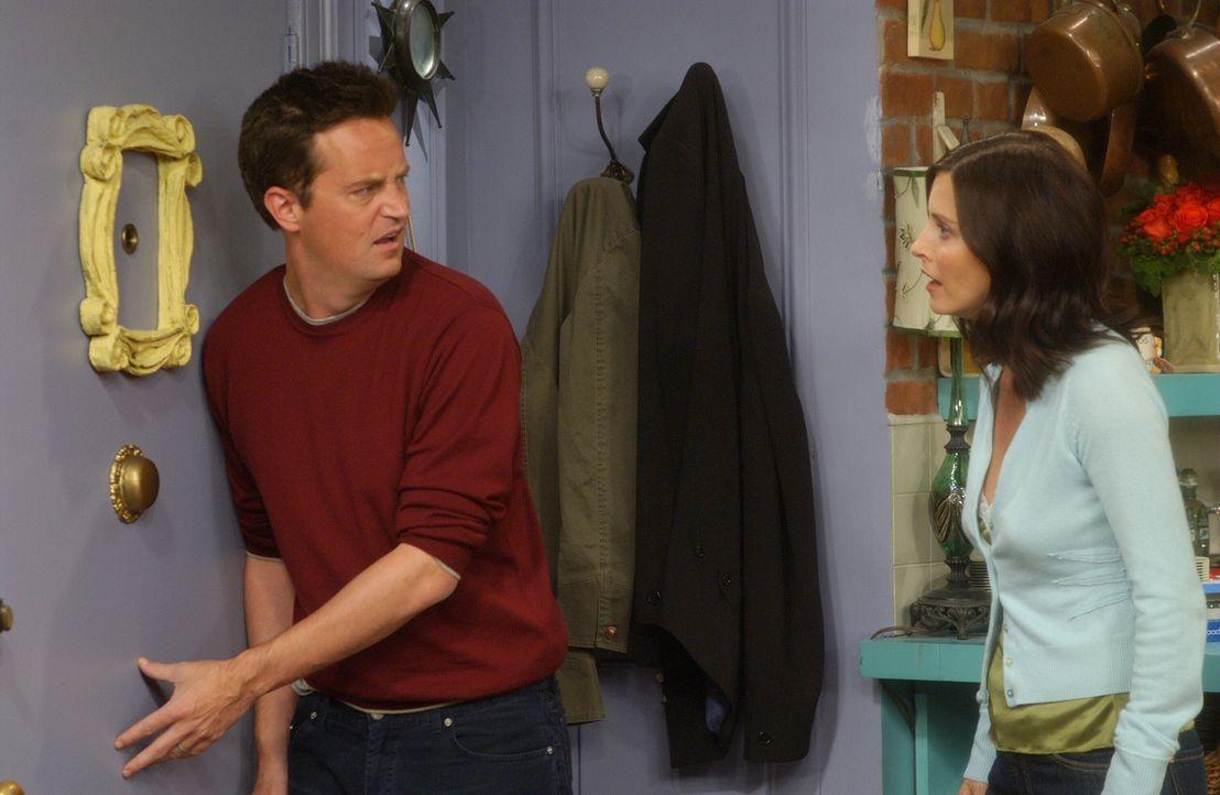 Da Monica (Courteney Cox, r.) sauer auf ihre Freunde ist, verbietet sie Chandler (Matthew Perry, l.) die Türe zu öffnen ... - Bildquelle: 2003 Warner Brothers International Television