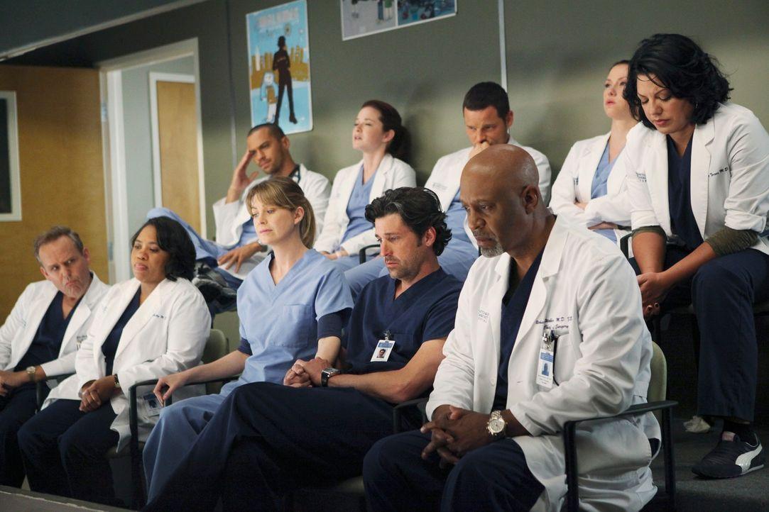 Als die Opfer eines Amoklaufs eingeliefert werden, sehen sich die Ärzte mit ihrer eigenen, traumatischen Vergangenheit konfrontiert: (vorne v.l.n.r.... - Bildquelle: ABC Studios
