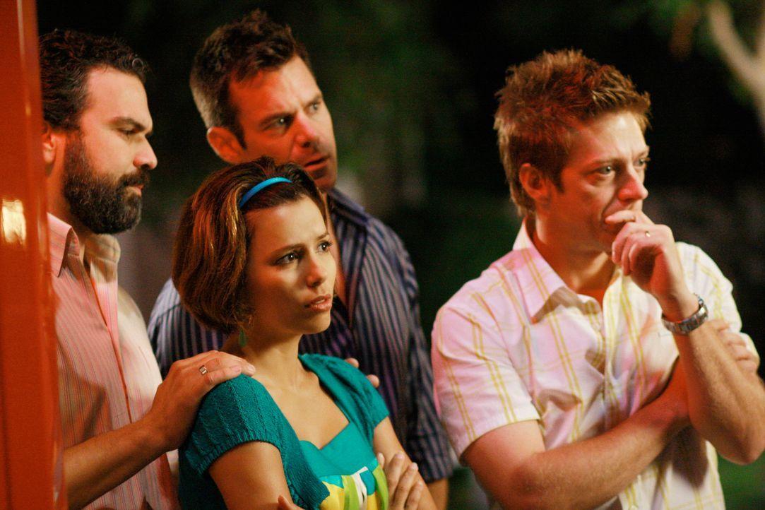 Die Überraschungsparty von Mrs. McCluskeys endet völlig anders als geplant: Gabrielle (Eva Longoria, 2.v.l.), Carlos (Ricardo Antonio Chavira, l.),... - Bildquelle: ABC Studios