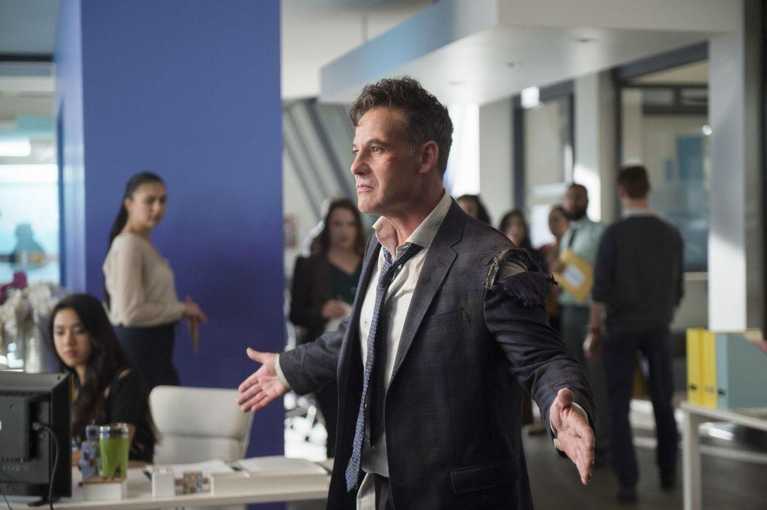 Als Morgan Edge (Adrian Pasdar) nur knapp einen Anschlag überlebt, glaubt er schnell zu wissen, wer den Anschlag in Auftrag gegeben hat ... - Bildquelle: 2017 Warner Bros.