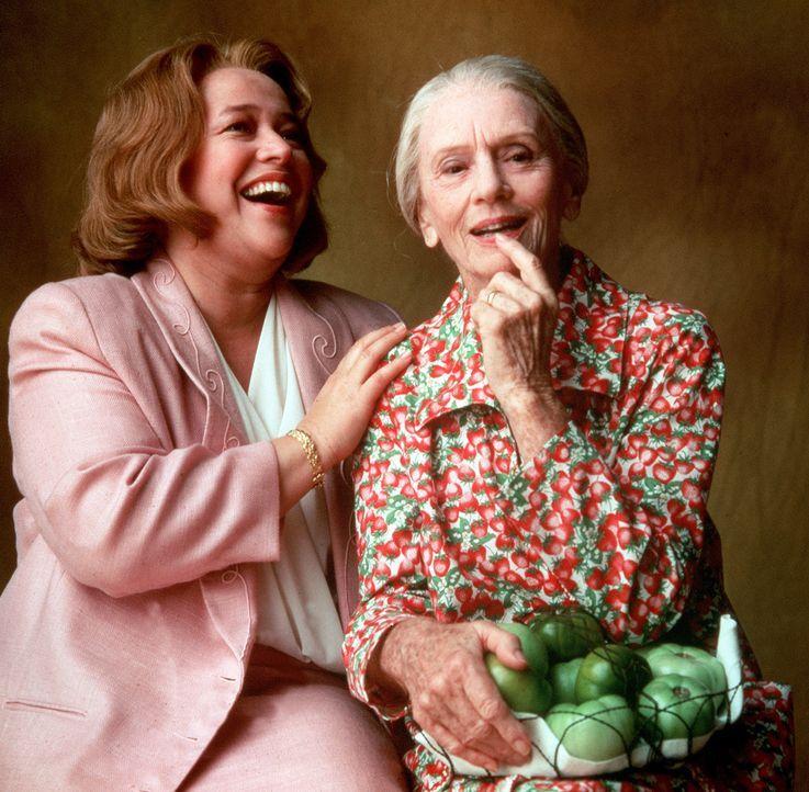 Evelyn (Kathy Bates, l.), eine Hausfrau ohne Selbstbewusstsein, führt eine unglückliche Ehe. Eines Tages lernt sie in einem Seniorenheim die leben... - Bildquelle: Copyright ITV plc (Granada International)