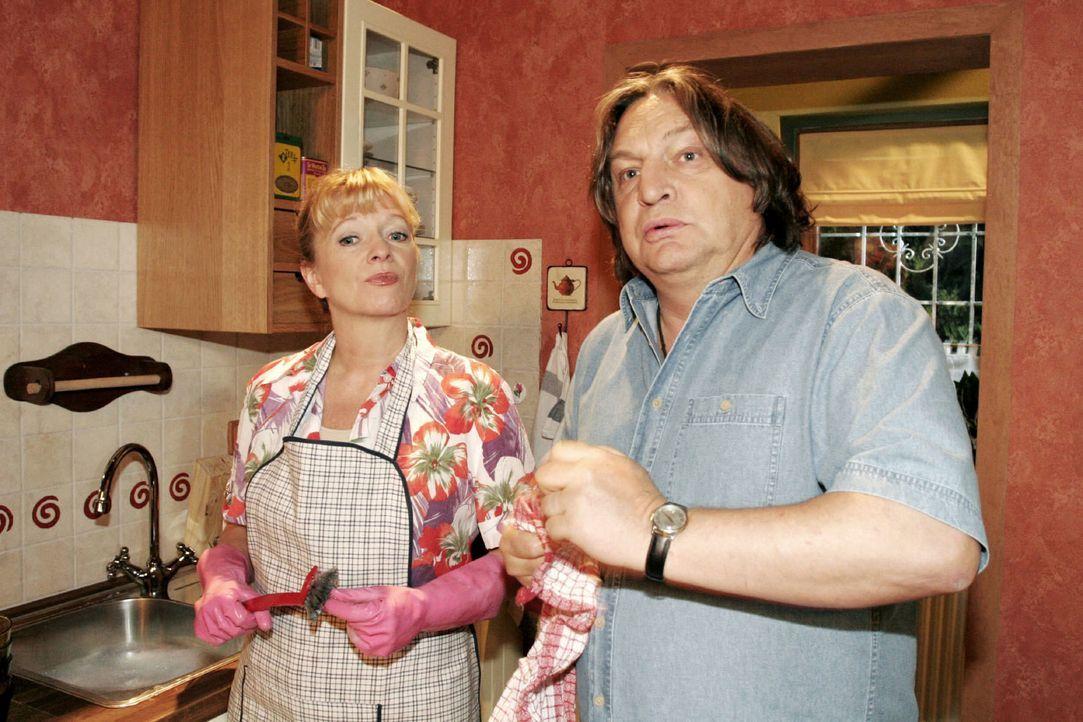 Helga (Ulrike Mai, l.) erklärt Bernd (Volker Herold, r.), dass sie glaubt, etwas unternehmen zu müssen, damit David Lisas Glück nicht mehr im Wege s... - Bildquelle: Noreen Flynn SAT.1 / Noreen Flynn