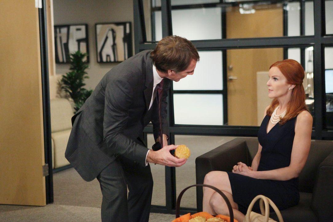 Bree (Marcia Cross, r.) ist die Hauptverdächtige im Mordfall um Alejandro und versucht deshalb den berühmtberüchtigten Anwalt Trip Weston (Scott Bak... - Bildquelle: ABC Studios