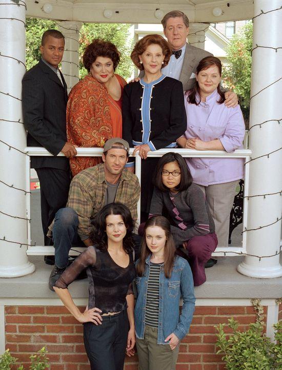 (1. Staffel) - Im kleinen Örtchen Stars Hollow wird es nie langweilig, denn (hinten v.l.n.r.) Michel (Yanic Truesdale), Miss Patty (Liz Torres), Emi... - Bildquelle: 2000 Warner Bros.