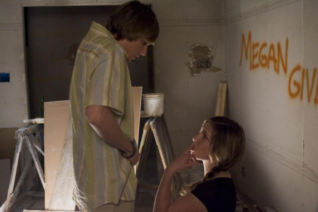 Silas (Hunter Parrish, l.) freundet sich ganz allmählich mit der tauben Megan (Shoshannah Stern, r.) an, die den Ruf hat, eine Künstlerin in Sache... - Bildquelle: Lions Gate Television