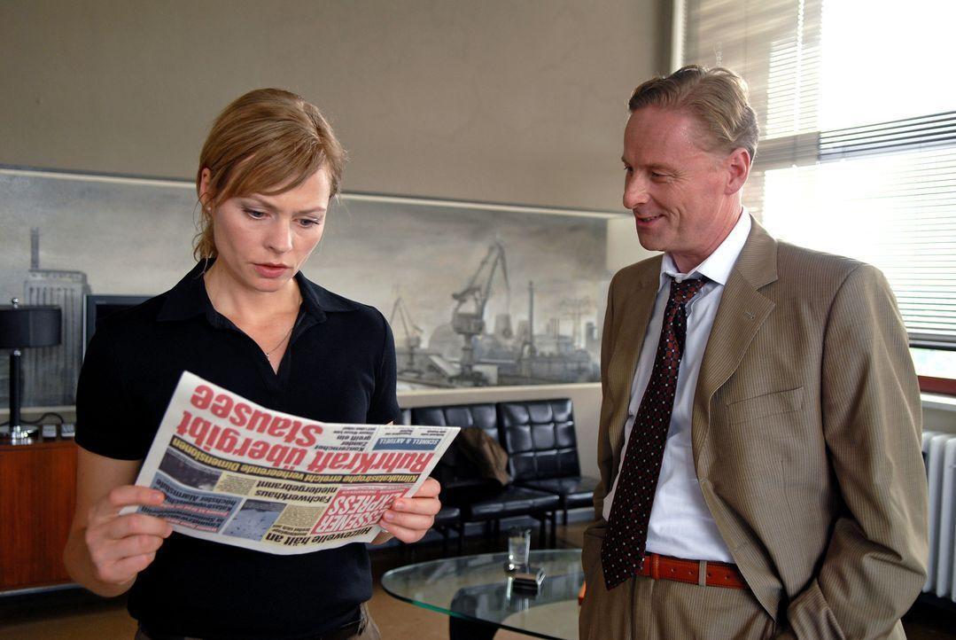 Martin (Susanna Simon, l.) erfährt von dem Ruhrkraft-Manager Zander (Hubertus Hartmann, r.), dass der Staudamm für die Trinkwasserversorgung freig... - Bildquelle: Stephanie Kulbach Sat.1