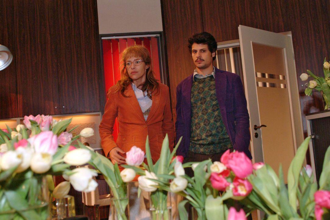 Fassungslos blicken Lisa (Alexandra Neldel, l.) und Rokko (Manuel Cortez, r.) auf das Blumenmeer in Lisas Büro. (Dieses Foto von Alexandra Neldel d... - Bildquelle: Sat.1