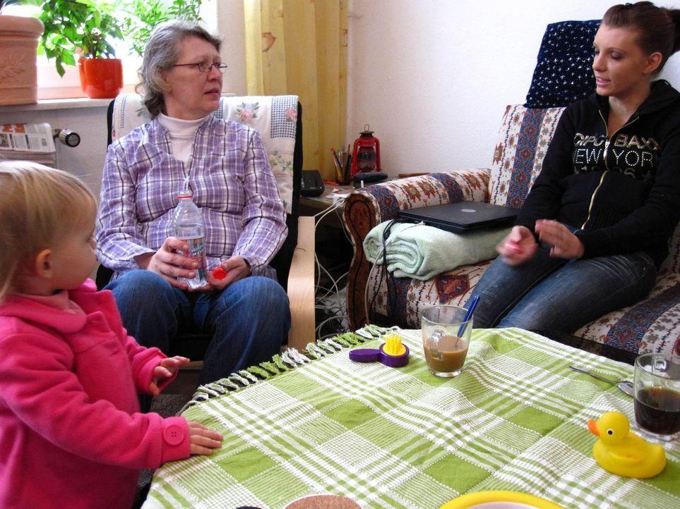 Linda, r. behauptet, dass ihre Mutter, M. ihr Enkelkind, l. mehr liebt als ihre eigene Tochter .... - Bildquelle: ProSieben