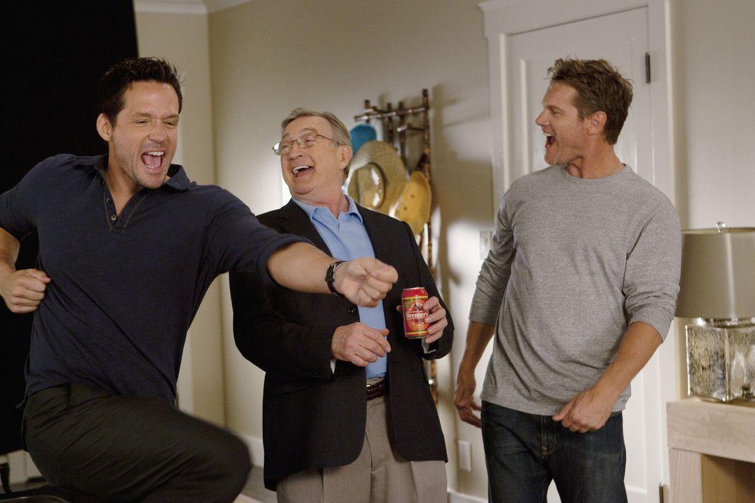 Verstehen sich prächtig: Chick (Ken Jenkins, M.), Grayson (Josh Hopkins, l.) und Bobby (Brian Van Holt, r.) ... - Bildquelle: 2010 ABC INC.