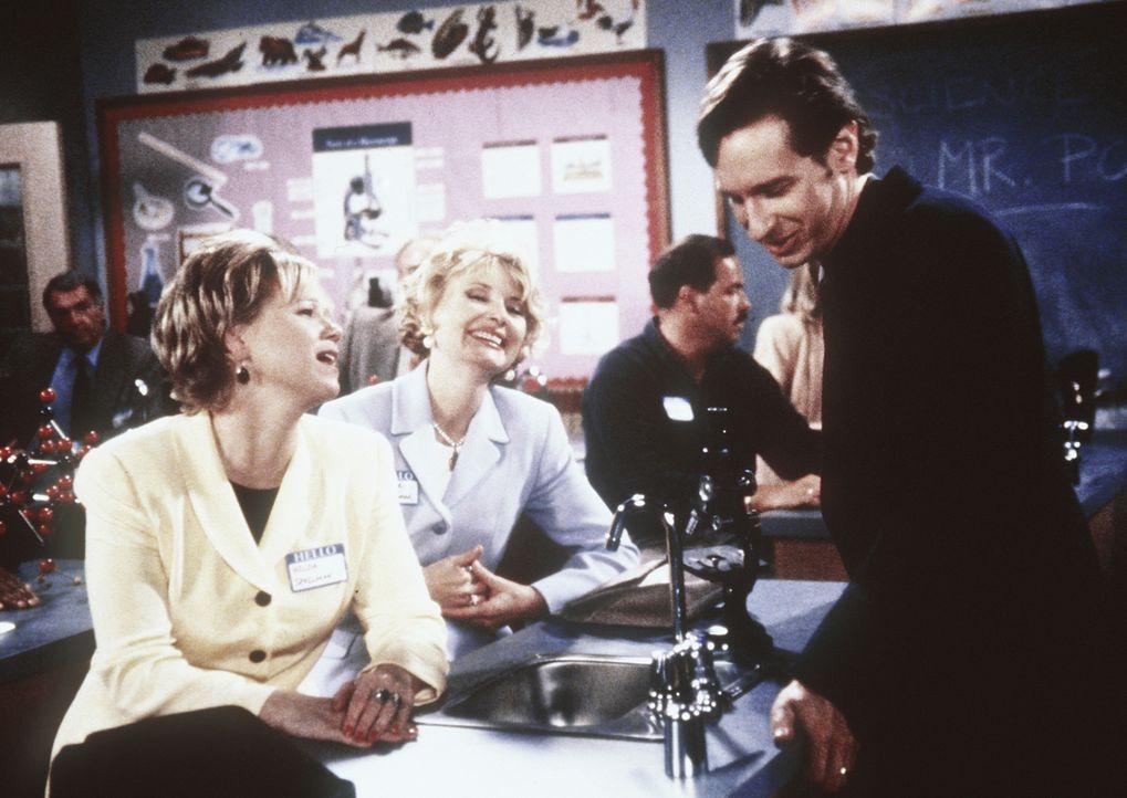 Hilda (Caroline Rhea, l.) und Zelda (Beth Broderick, M.) lernen Sabrinas Lehrer Mr. Pool (Paul Feig, r.) kennen und sind begeistert. - Bildquelle: Paramount Pictures