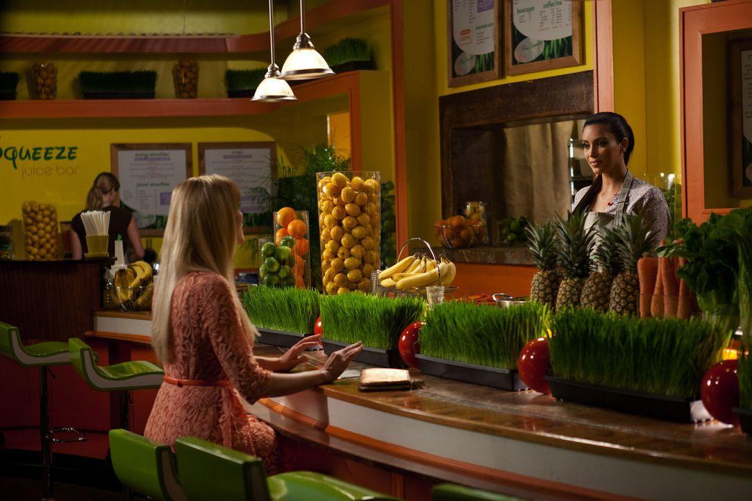 Stacy Barrett (April Bowlby, l.) bittet Beziehungsguru Nikki LaPree (Kim Kardashian, r.) um Hilfe. Ob das so eine gute Idee ist? - Bildquelle: 2012 Sony Pictures Television Inc. All Rights Reserved.