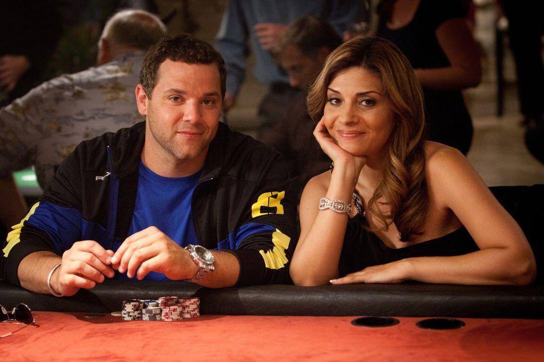 Der professioneller Pokerspieler Jason (Joshua Biton, l.) bittet Dani (Callie Thorne, r.), ihm zu helfen, seine Pechsträhne zu beenden. Doch wird s... - Bildquelle: 2011 Sony Pictures Television Inc. and Universal Network Television LLC.  All Rights Reserved.