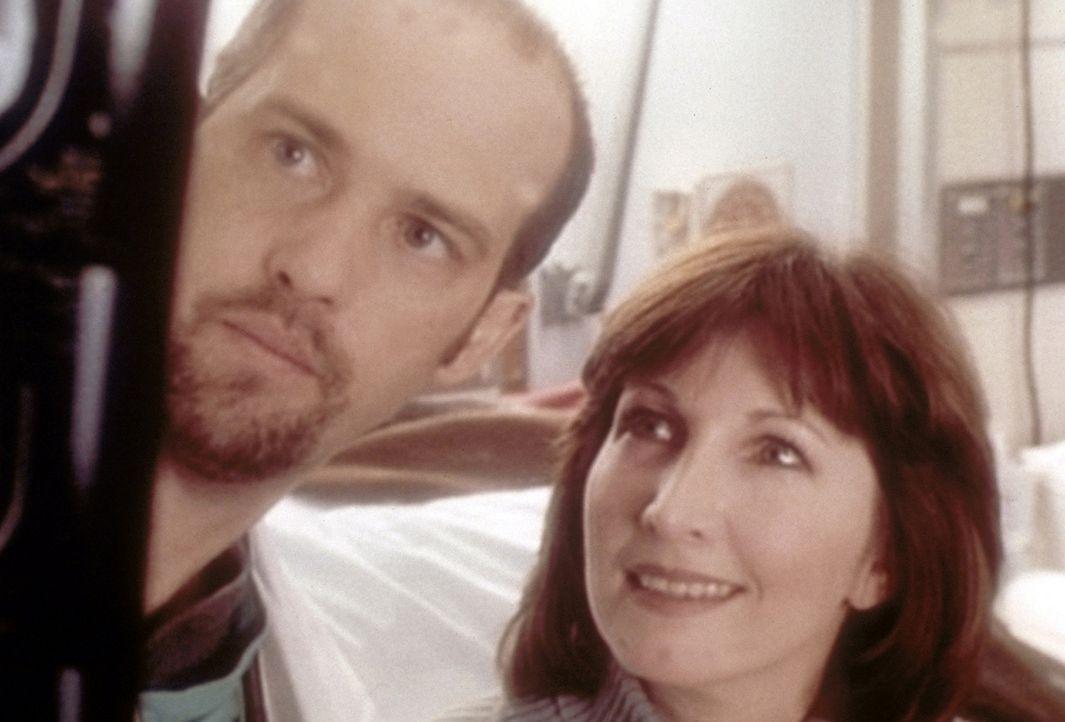 Regisseurin Iris (Joanna Gleason, r.) kommt mit einer kleinen Verletzung in die Notaufnahme und ist von Dr. Greene (Anthony Edwards, l.) begeistert... - Bildquelle: TM+  WARNER BROS.