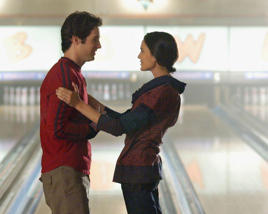Aubrey (Odette Yustman, r.) stärkt Ronnys (Jonathan Murphy, l.) Selbstbewusstsein für Taylor, jedoch bewirkt sie genau das Gegenteil - er verliebt s... - Bildquelle: ABC Studios