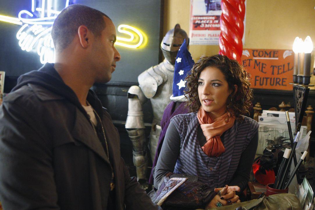 Javier Esposito (Jon Huertas, l.) befragt Eliza Winter (Vanessa Lengies, r.), die die Leiche ihres Chefs gefunden hat ... - Bildquelle: 2010 American Broadcasting Companies, Inc. All rights reserved.