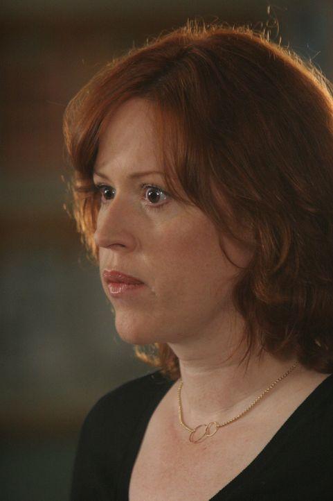 Die blinde Kathleen Walsh (Molly Ringwald) hat das Gefühl, in ihrer Wohnung von einem Mann belästigt zu werden … - Bildquelle: Paramount Network Television