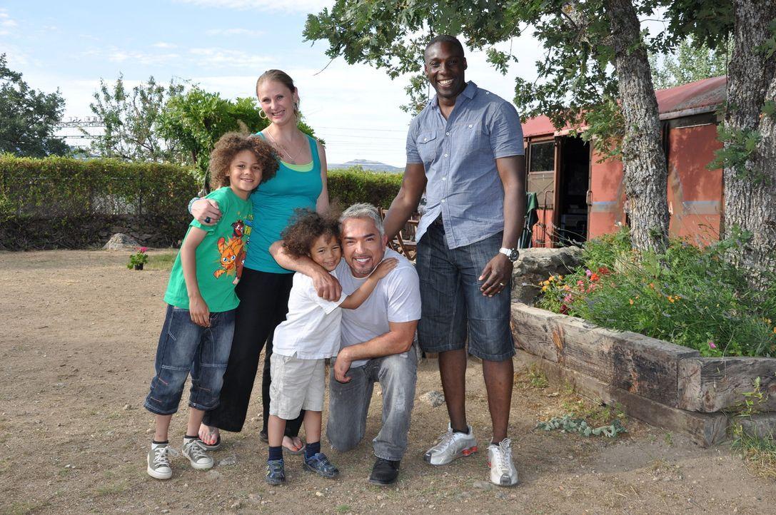Cesar Millan mit Familie Tate - Bildquelle: © 360 Powwow, LLC / Belén Ruiz Lanzas