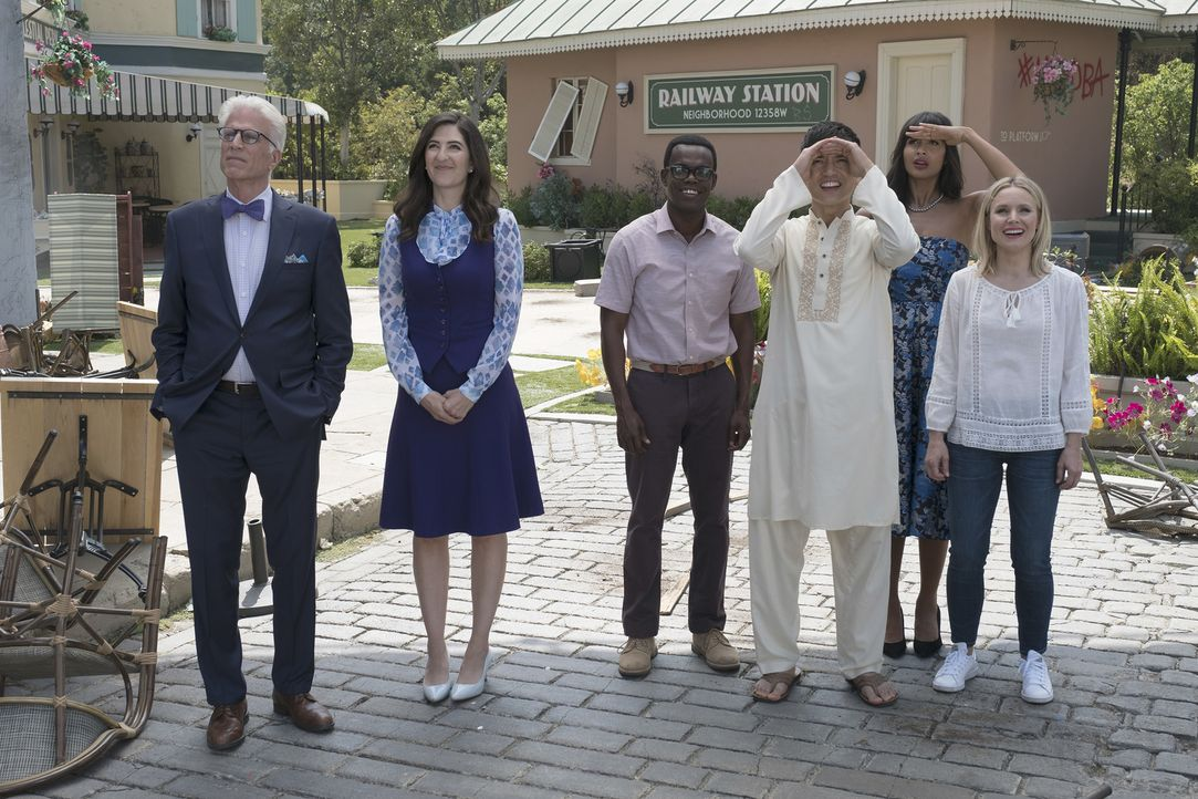 Finden Michael (Ted Danson, l.), Janet (D'Arcy Carden, 2.v.l.), Chidi (William Jackson Harper, 3.v.l.), Jason (Manny Jacinto, 3.v.r.), Tahani (Jamee... - Bildquelle: Colleen Hayes 2017 Universal Television LLC. ALL RIGHTS RESERVED.