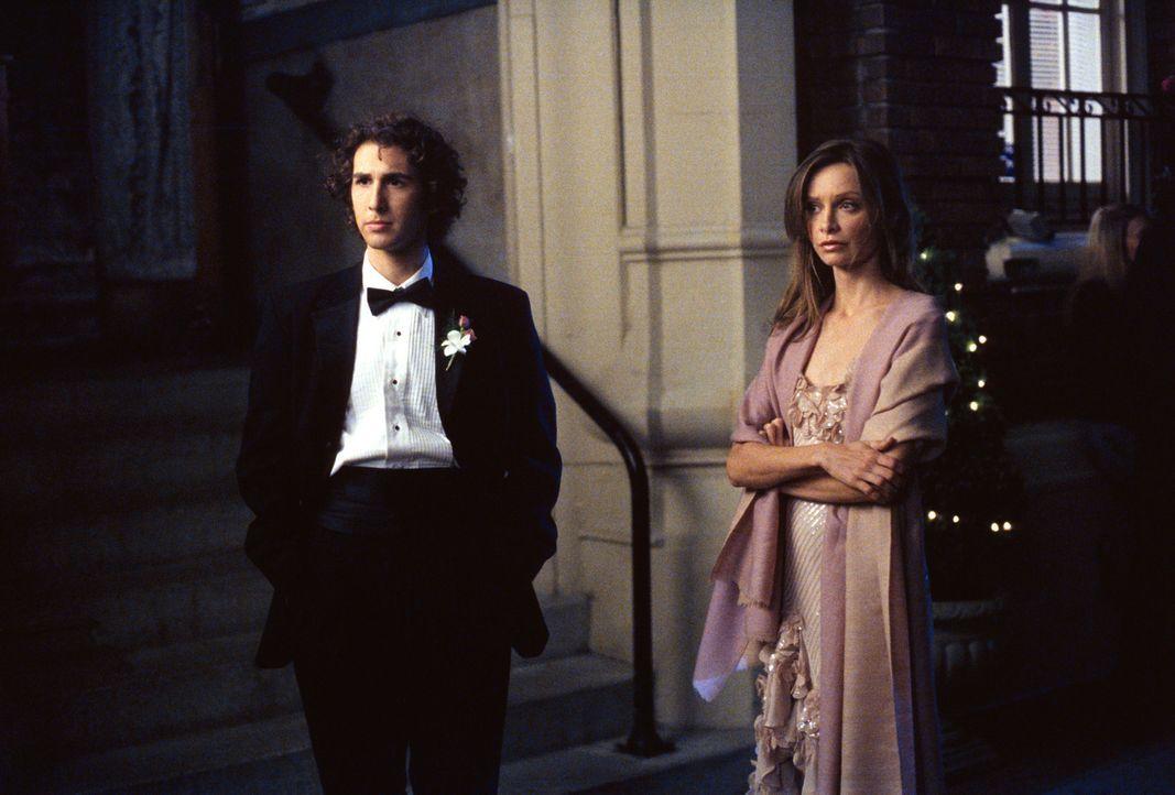 Ihr neuester Fall lenkt Ally (Calista Flockhart, r.) von der erneut gescheiterten Beziehung ab und schließlich geht sie sogar zum Schulabschlussball... - Bildquelle: 2001 Twentieth Century Fox Film Corporation. All rights reserved.