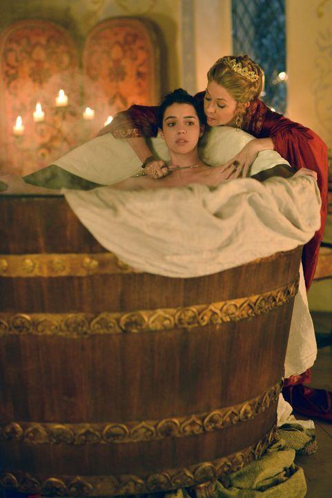 Mary (Adelaide Kane, l.) weiß, dass Königin Katherine (Megan Follows, r.) jedes Mittel recht ist, um ihre eigene Haut zu retten ... - Bildquelle: Sven Frenzel 2013 The CW Network, LLC. All rights reserved.