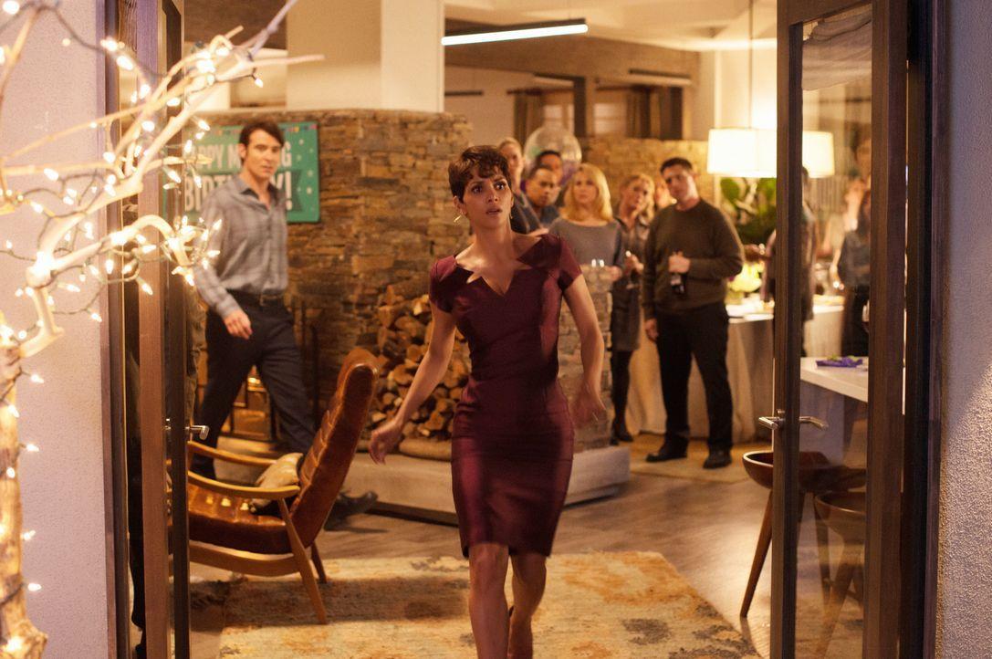 Molly (Halle Berry) realisiert langsam, dass sie Halluzinationen hat. War der Bruder ihres toten Ex-Freundes jetzt bei ihrer Party, oder nicht? - Bildquelle: Dale Robinette 2014 CBS Broadcasting, Inc. All Rights Reserved