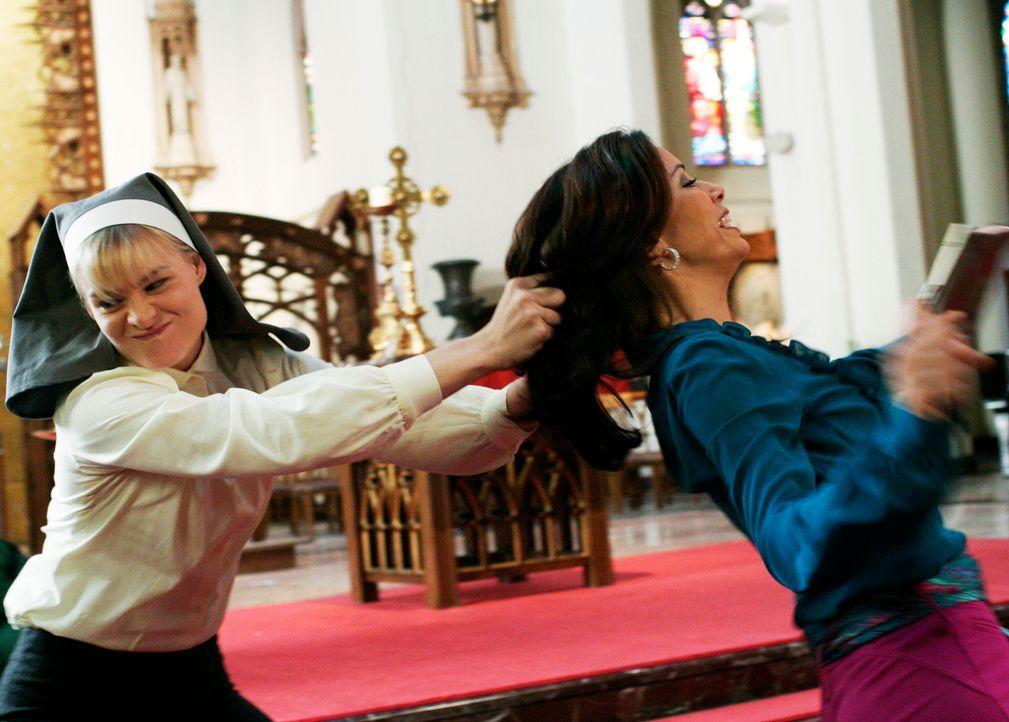 Gabrielle (Eva Longoria, r.) besucht Schwester Mary (Melinda Page Hamilton, l.) in der Kirche, um sich von ihr zu verabschieden. Schwester Mary weiß... - Bildquelle: 2005 Touchstone Television  All Rights Reserved