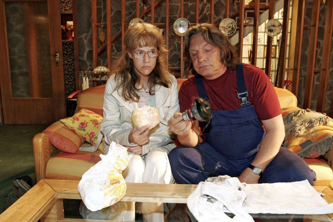 Bernd (Volker Herold, r.) versucht Lisa (Alexandra Neldel, l.) davon zu überzeugen, dass es jetzt keinen Sinn hat, bei Kerima zu kündigen. (Dieses... - Bildquelle: Sat.1