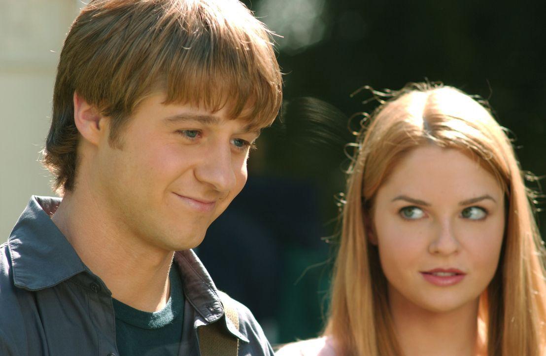 Lindsay (Shannon Lucio, r.) ist eifersüchtig auf Marissa, da diese viel Zeit mir Ryan (Benjamin McKenzie, l.) verbringt. Da entwickelt Ryan einen P... - Bildquelle: Warner Bros. Television