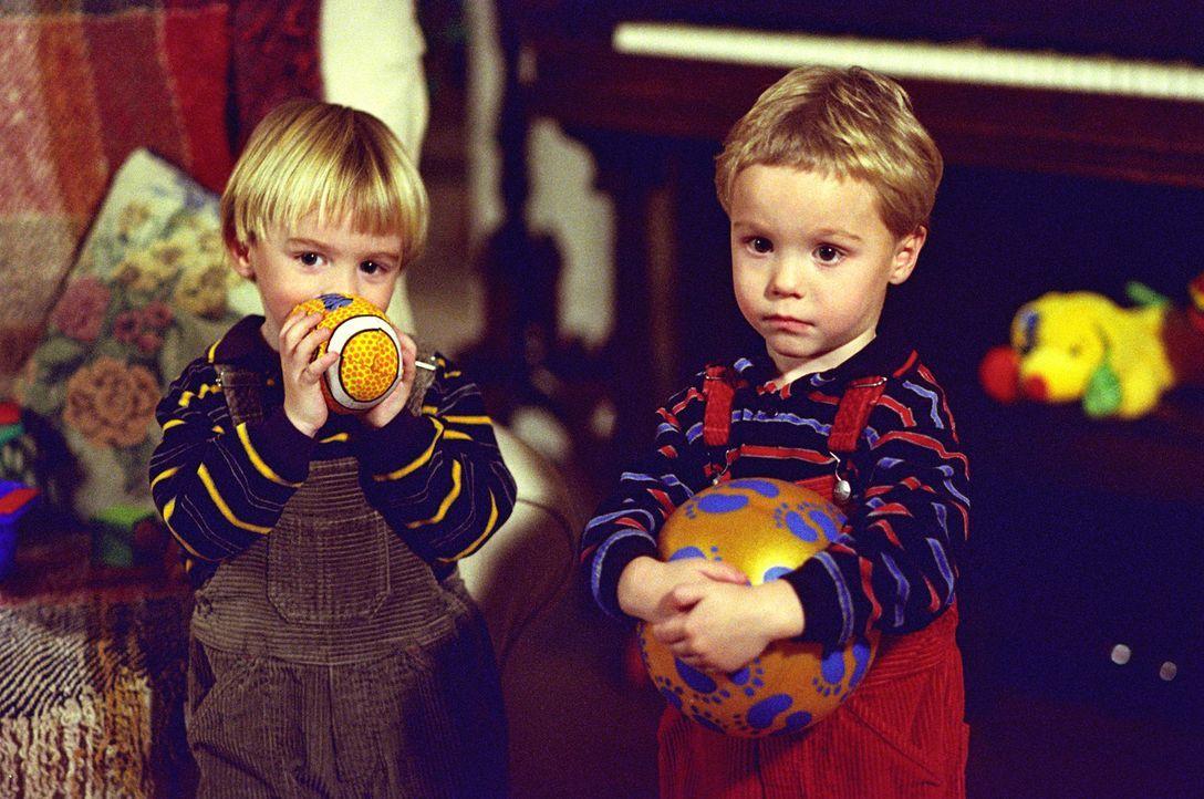 Zum Valentinstag wird Simon von der älteren Maria eingeladen, muss aber auf die Zwillinge (Zachery und Lorenzo Brino) aufpassen, so dass das Date im... - Bildquelle: The WB Television Network