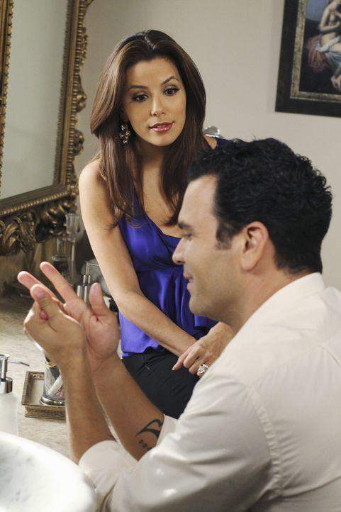 """Als Gabrielle (Eva Longoria, l.) von Lee erfährt, dass Bob heterosexuelle Männer """"umdrehen"""" kann, ist sie voller Sorge und bittet sie Carlos (Ricard... - Bildquelle: ABC Studios"""