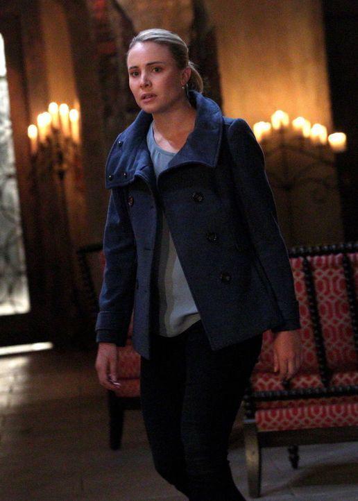 Ohne es zu ahnen, gerät Cami (Leah Pipes) plötzlich ins Fadenkreuz von Esther ... - Bildquelle: Warner Bros. Television