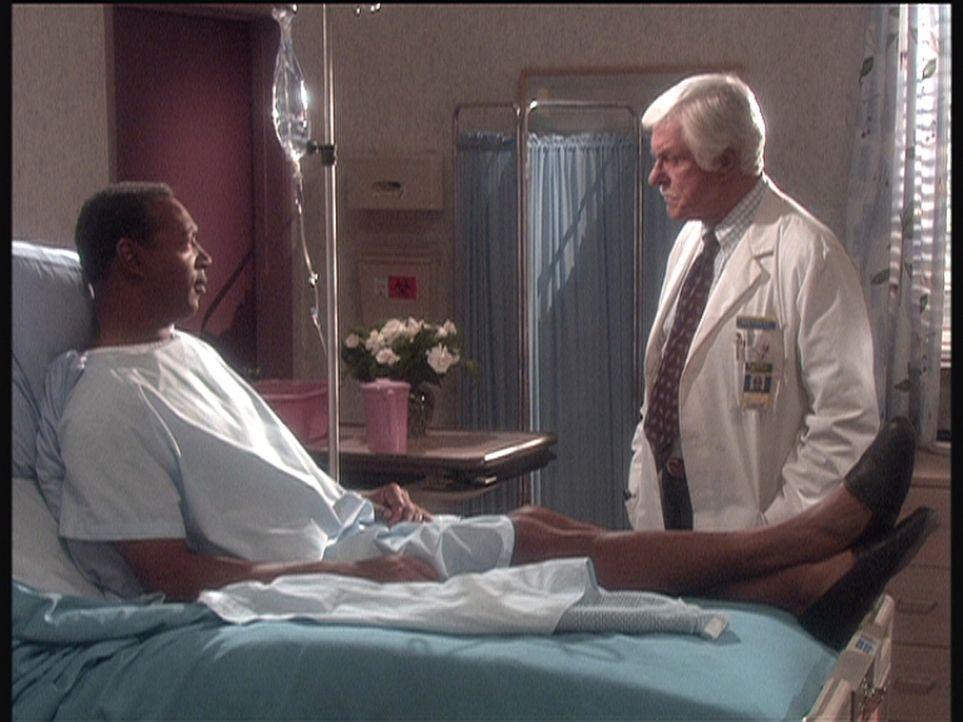 Weil ein Patient (l.) glaubt, sterben zu müssen, bekennt er, einen Mann getötet zu haben, Dr. Sloan (Dick Van Dyke, r.) recherchiert auf eigene Fa... - Bildquelle: Viacom