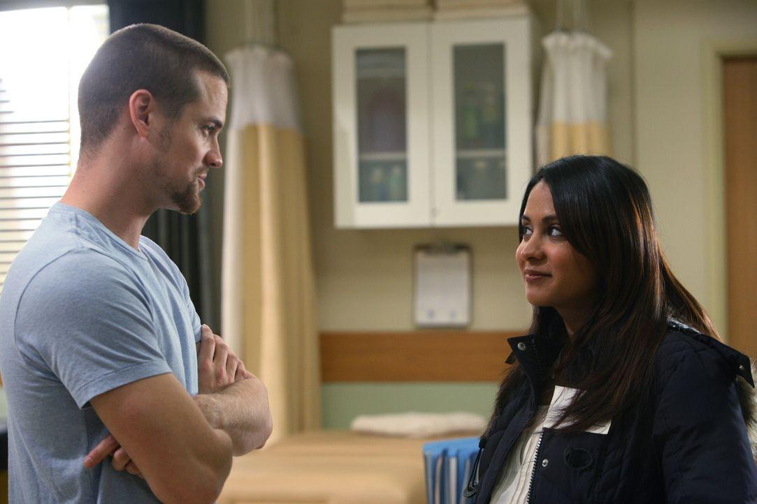 Neela (Parminder Nagra, r.) hat sich entschieden: Ihr Herz gehört Ray (Shane West, l.) ... - Bildquelle: Warner Bros. Television