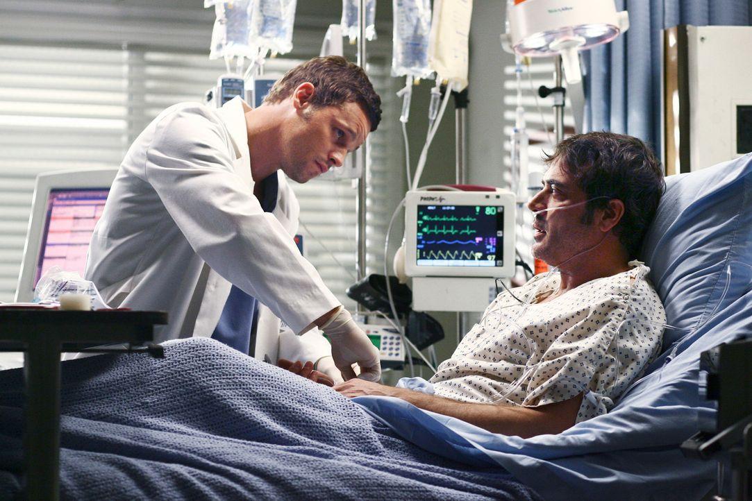 Alex (Justin Chambers, l.) sagt Denny (Jeffrey Dean Morgan, r.), wie ernst es wirklich um ihn steht, und deutet an, dass Izzie wegen ihrer Nähe zu i... - Bildquelle: Touchstone Television