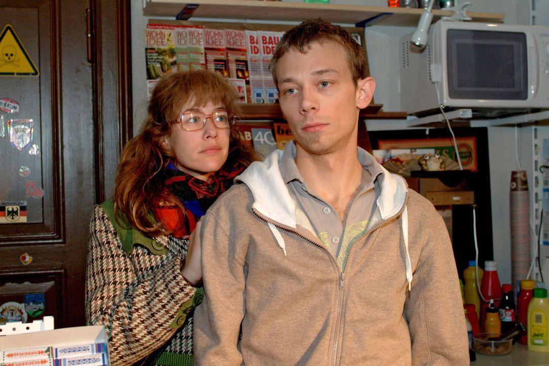 Lisa (Alexandra Neldel, l.) beschließt, den an Liebeskummer leidenden Jürgen (Oliver Bokern, r.) aufzumuntern. - (Dieses Foto von Alexandra Neldel d... - Bildquelle: Monika Schürle SAT.1 / Monika Schürle