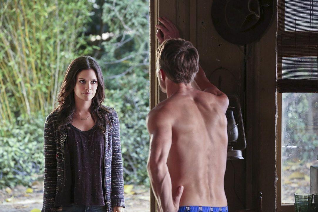 Wer wird Joel besser helfen können? Zoe (Rachel Bilson, l.), Wade (Wilson Bethel, r.) oder jemand ganz anderes? - Bildquelle: Warner Brothers