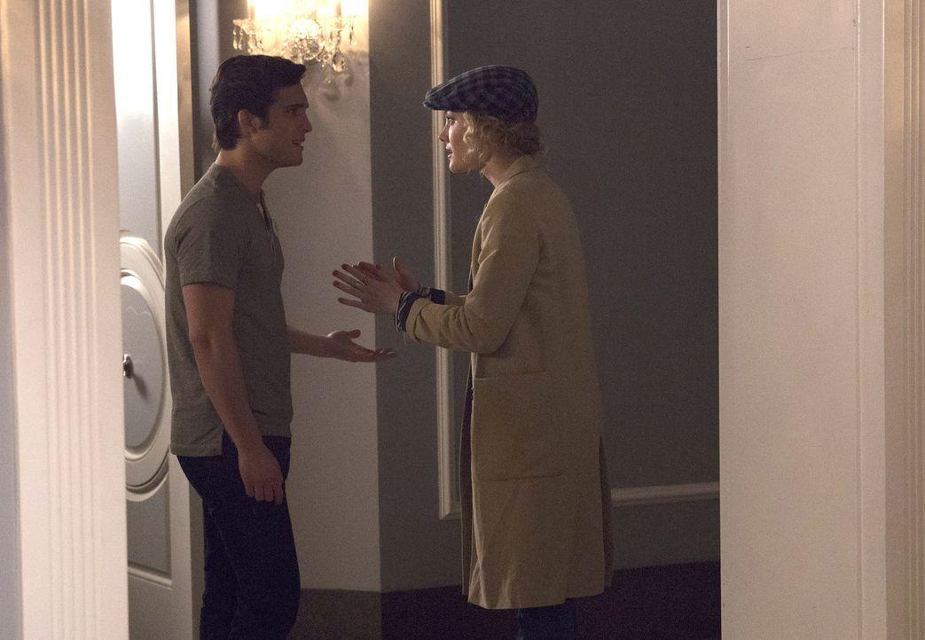 Pete (Diego Boneta, l.) und Grace (Skyler Samuels, r.) statten einer mysteriösen Frau aus der Vergangenheit von KKT einen Besuch ab und machen sich... - Bildquelle: 2015 Fox and its related entities.  All rights reserved.