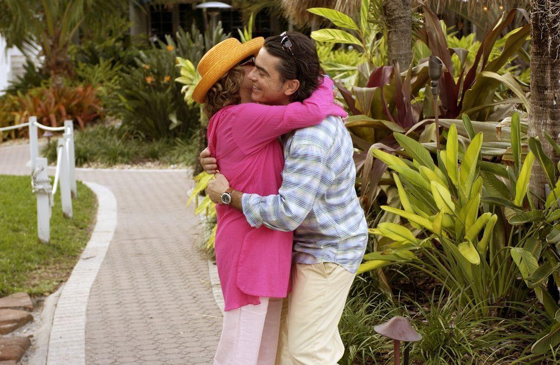 Die Cohens bekommen einen Anruf: Sandys Mutter, 'Nana' (Linda Lavin, l.), teilt ihrer Familie mit, dass sie heiraten wird. Besorgt macht sie Sandy (... - Bildquelle: Warner Bros. Television