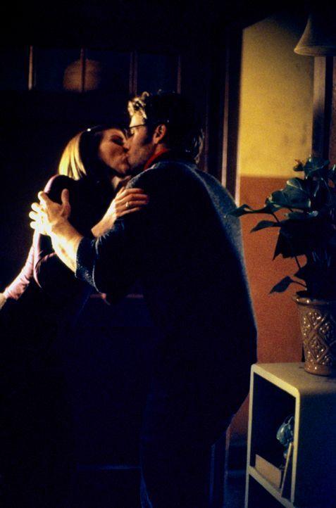 Haben sich ineinander verliebt: Lydia (Heather Paige Kent, r.) und Professor Jeff Cahill (Dan Cortese, l.) ... - Bildquelle: CBS Television