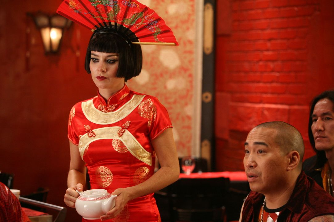 Nachdem Bao, der Chefkoch des Dim Sum-Restaurant gestorben ist, schleichen sich Chuck (Anna Friel) und Olive als Kellnerinnen ein, um dort gemeinsam... - Bildquelle: Warner Brothers
