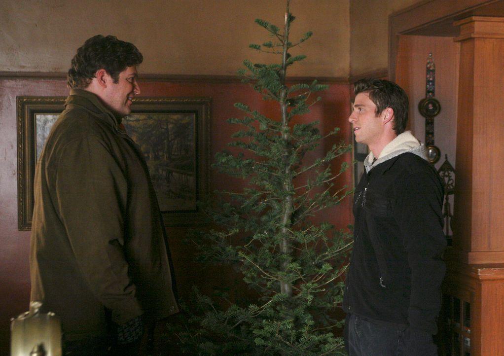 Der etwas heruntergekommene Weihnachtsbaum verdirbt die sonnigen Gemüter von Owen (Brad William Henke, l.) und Nick (Bryan Greenberg, r.) nicht... - Bildquelle: ABC Studios