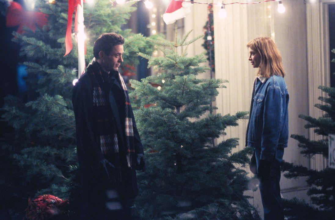 Während Ally (Calista Flockhart, r.) Weihnachten liebt, gesteht  Larry (Robert Downey Jr., l.), dass er den Feiertagen nichts abgewinnen kann ... - Bildquelle: 2000 Twentieth Century Fox Film Corporation. All rights reserved.