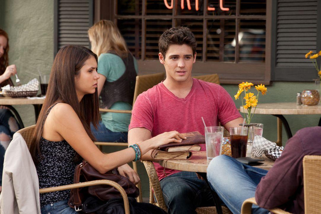 Elena (Nina Dobrev, l.) bittet Jeremy (Steven R. McQueen, r.), mit Lexi, die sich auf der anderen Seite befindet, Kontakt aufzunehmen ... - Bildquelle: Warner Bros. Television