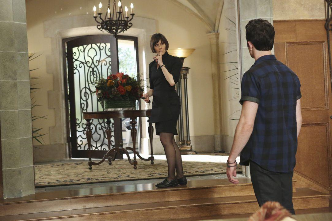 Schnell wird Ethan (Colin Woodell, r.) klar, dass Opal (Joanna Adler, l.) ein neues Geheimnis wahrt. Was wird er mit dem Wissen tun? - Bildquelle: 2014 ABC Studios