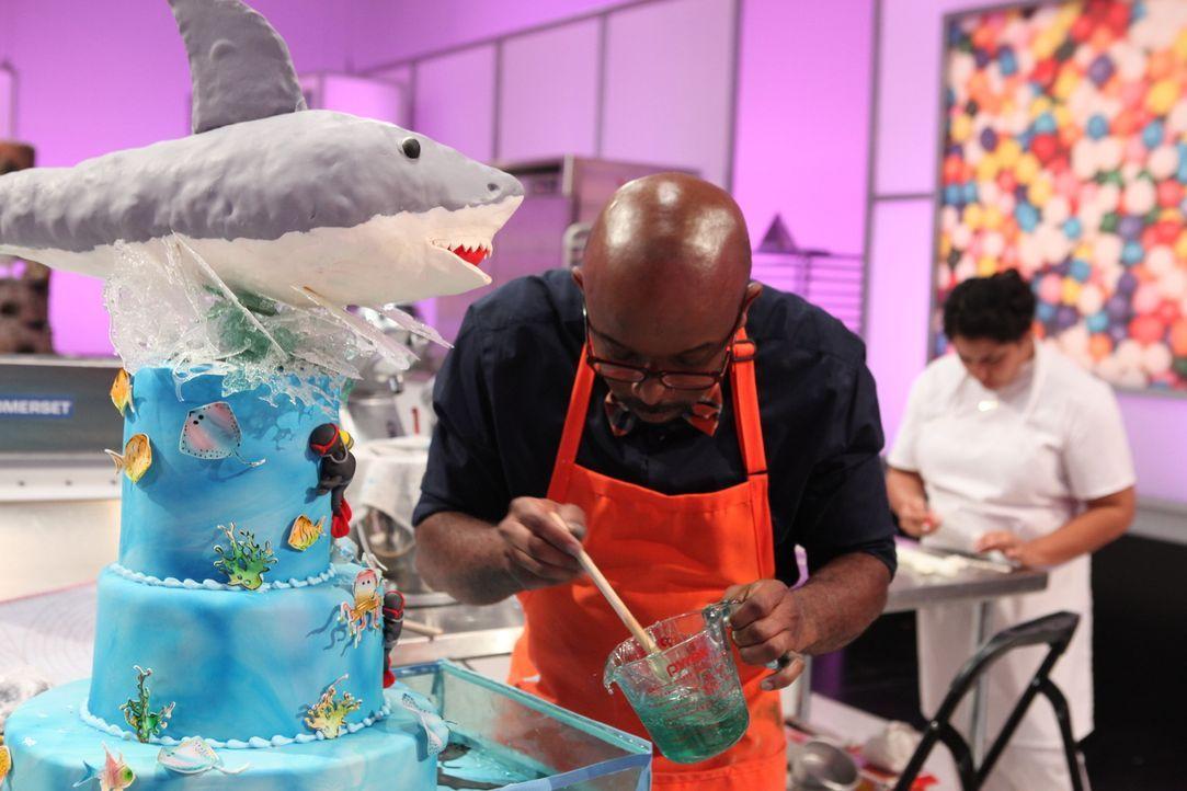 Für Edet Okon ist das Backen eine echte Leidenschaft und er liebt es, sich neuen Herausforderungen wie der Hai-Torte zu stellen ... - Bildquelle: 2016,Television Food Network, G.P. All Rights Reserved