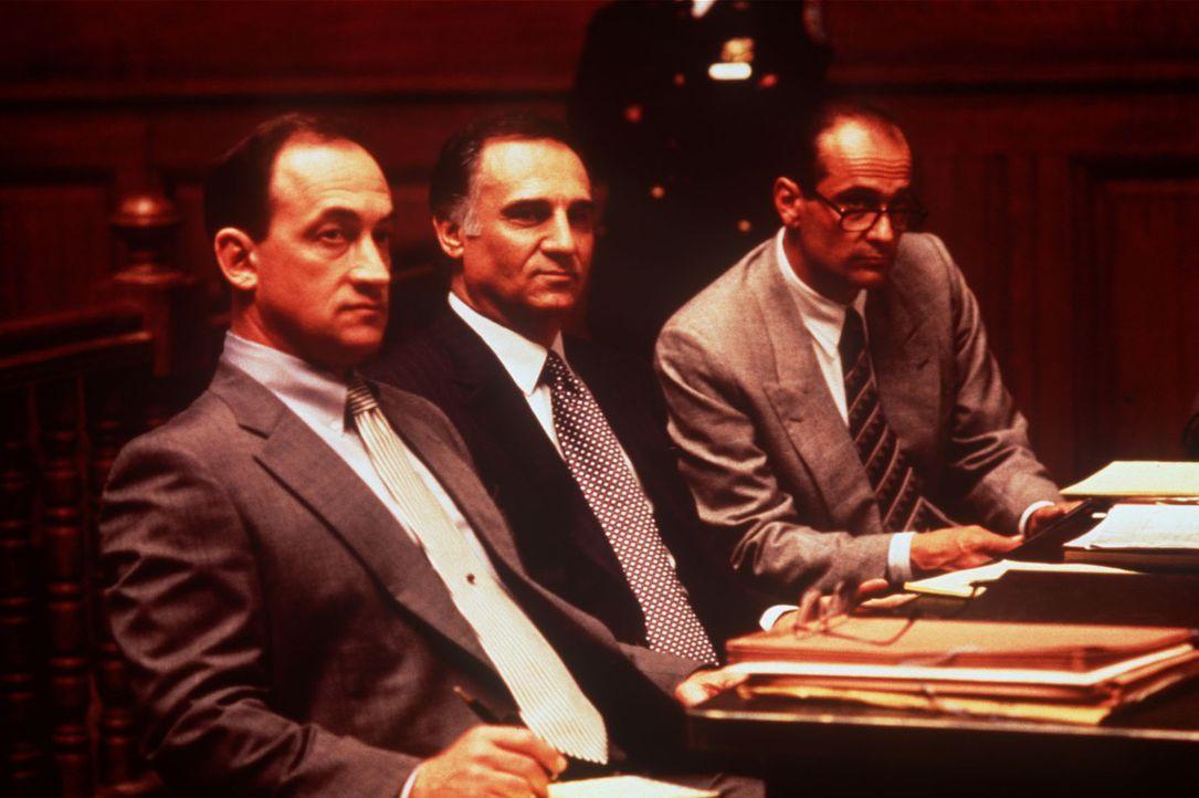 Die Anwälte des Mafiabosses Louie Boffano (Tony Lo Bianco, M.) befinden sich in einer prekären Situation ... - Bildquelle: Columbia TriStar International Television