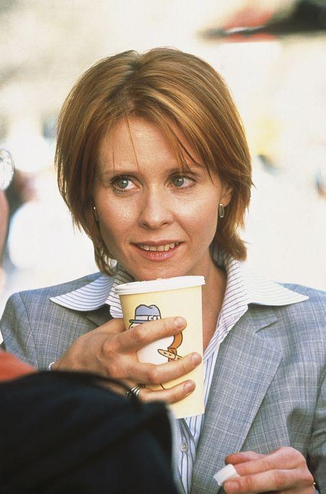 Weil Miranda (Cynthia Nixon) nicht alleine zur Eröffnung von Steves Bar gehen will, bittet sie Carrie, sie zu begleiten. - Bildquelle: Paramount Pictures