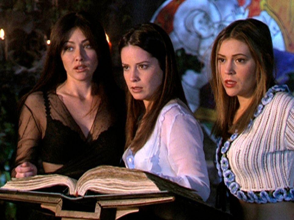 (v.l.n.r.) Prue (Doherty Shannen), Piper (Marie Holly Combs) und Phoebe (Alyssa Milano) suchen dringend den richtigen Zauberspruch gegen einen Dämon... - Bildquelle: Paramount Pictures
